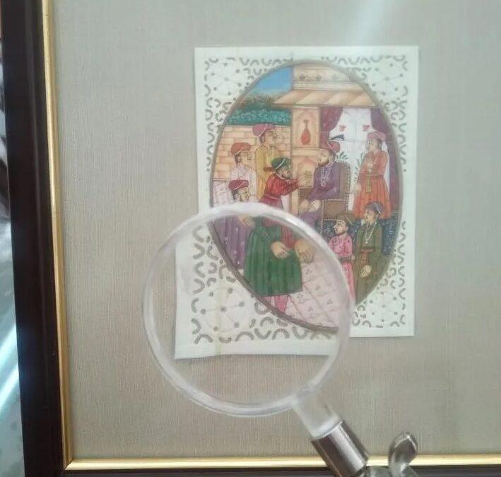 Miniatura pintada a mano sobre hueso tallado.