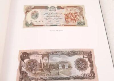 La historis del papel moneda a traves de 52 billetes autenticos de curso legal.